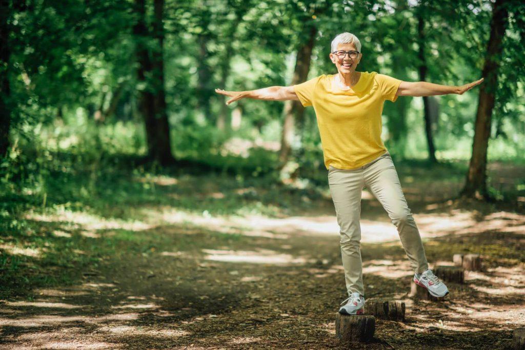 Žena trénuje udržanie rovnováhy